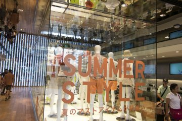 <p>1F : The main glass display upon entering UNIQLO Ginza.&nbsp;</p>