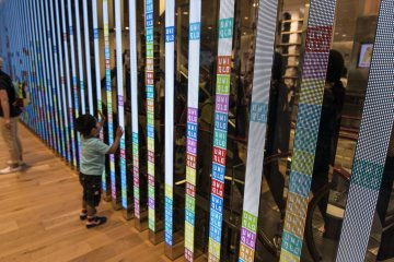 <p>1F : The flexibility of the LED display allows UNIQLO to do things like this... attracting this young customer.</p>