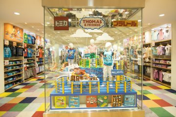 <p>7F : Yes, this is still UNIQLO; which has partnered the above other toy-making franchises to bring about a new line of kids apparel.</p>