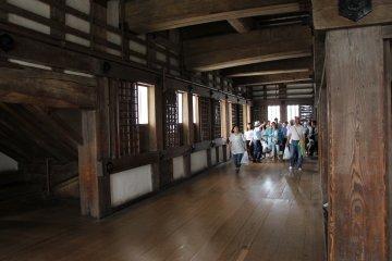 Замок Химэдзи является единственным в Японии полностью сохранившим своё первоначальное состояние, и посетители прогуливаются свободно среди различных комнат и этажей, связанных между собой довольно крутыми лестницами
