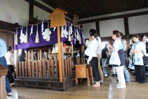 Au sommet est installé un petit autel, auquel es visiteurs rendent hommage