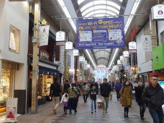 หนึ่งในถนนคนเดินของย่านช้อปปิ้งสี่เหลี่ยมผืนผ้าระหว่างถนนคะวะระมะชิ โดะริ (Kawaramachi Dori) ถนนชิโจะ โดะริ (Shijo Dori) ถนนซานโจะ โดะริ (Sanjo Dori) และถนนเทะระมะชิ โดะริ (Teramachi Dori)