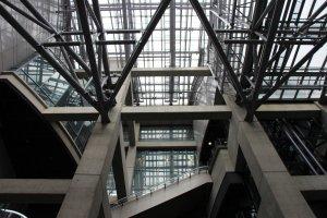 La structure du bâtiment du Centre International du Design de Nagoya se compose essentiellement de béton, de métal et de verre