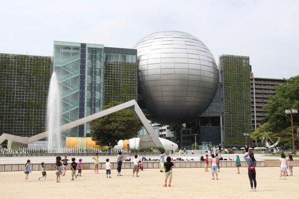 Le Nagoya City Science Museum, bâtiment impressionnant, qui laisse apercevoir le planétarium