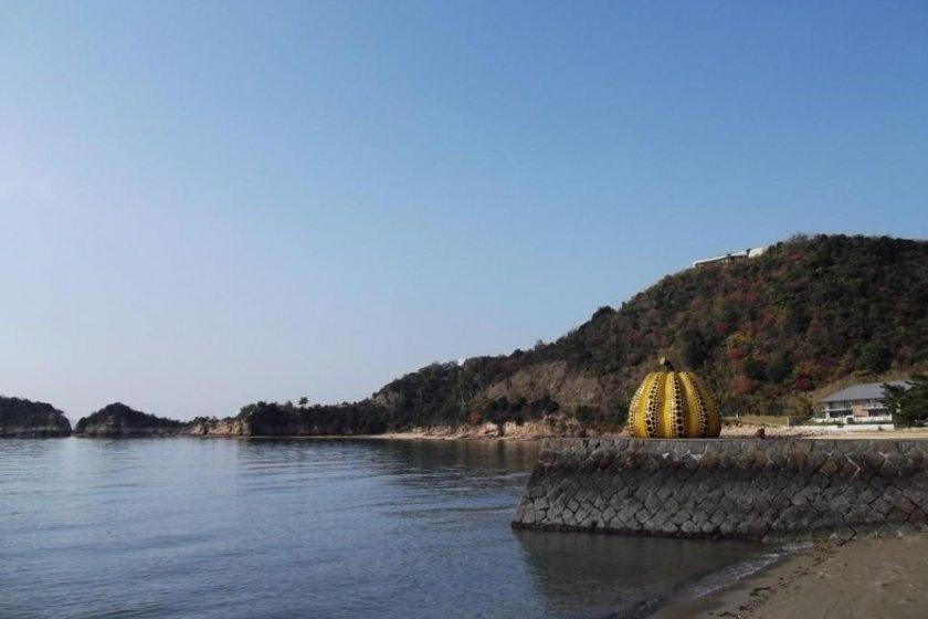 나오시마의 상징이기도 한 노란 호박
