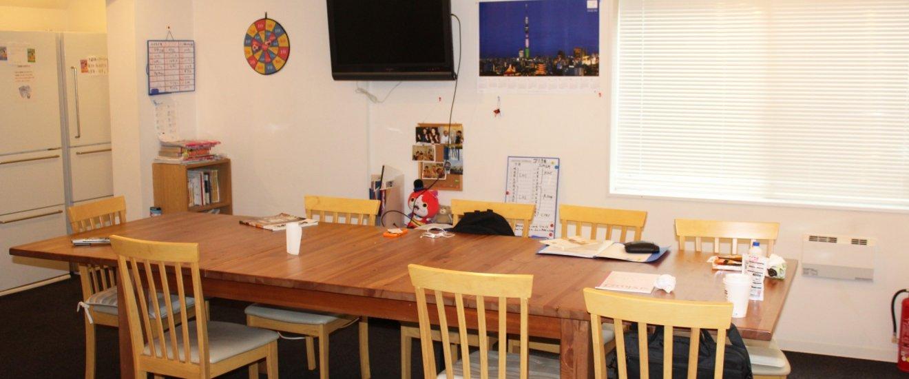 ห้องครัวเป็นพื้นที่พบปะสังสรรในเกสต์เฮาส์