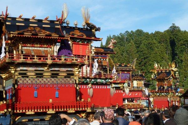 Les chars, exposés devant le temple Hachiman-gu.