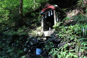 Le chemin est bordé de quelques autels shinto, devant lesquels viennent se recueillir quelques personnes