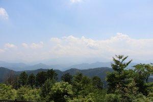 La vue depuis le sommet permet d'admirer les montagnes du centre du Japon, et par temps clair, et en dehors des grosses chaleurs, le Mont Fuji. Un autre versant du sommet permet également de profiter de la vue sur toute la vallée de Tokyo.