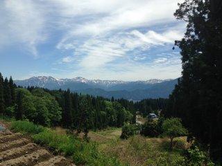 Những ngọn núi bao quanh ngôi làng này và khiến ngôi làng trở nên nổi tiếng với tầm nhìn toàn cảnh.