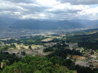 Ngôi làng Tochikubo nhìn từ điểm cao nhất.