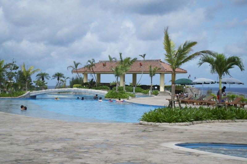 清爽的室外游泳池