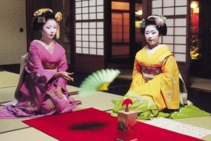 Tosenkyo is an Edo Period fan tossing game made alive by Geisha in Hangesho Fan boutique in Kyoto