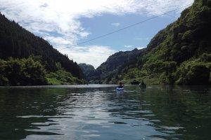 ちょうど熊本と宮崎の県境になっている。前後左右には緑豊かな山々が燃える。