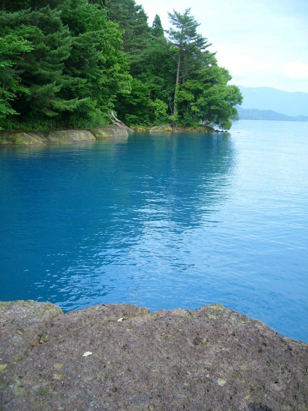 Mặt hồ phản chiếu sắc xanh nổi bật