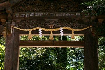 <p>The back entrance to Oyama Shrine, leading towards Kanazawa Castle.</p>