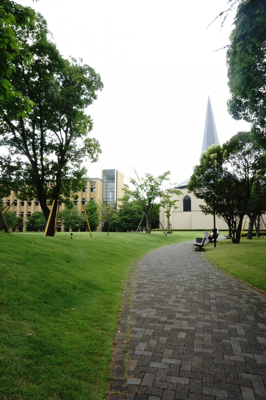 Lahan taman yang luas membuat para pelajar merasa nyaman untuk tinggal lebih lama