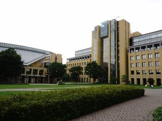 Kampus Sagamihara juga memiliki taman yang sangat rapi dan ditata sedemikian rupa