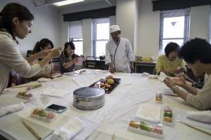 Pelajaran membuat wagashi juga ada di Karakoro Art Studio