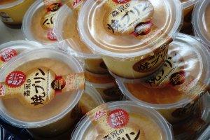 Purin dalam kemasan plastik yang banyak di jual di kombini atau supermarket