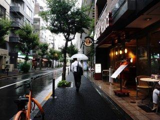 Cafe Veloce rata-rata mempunyai lokasi di pinggir jalan raya.