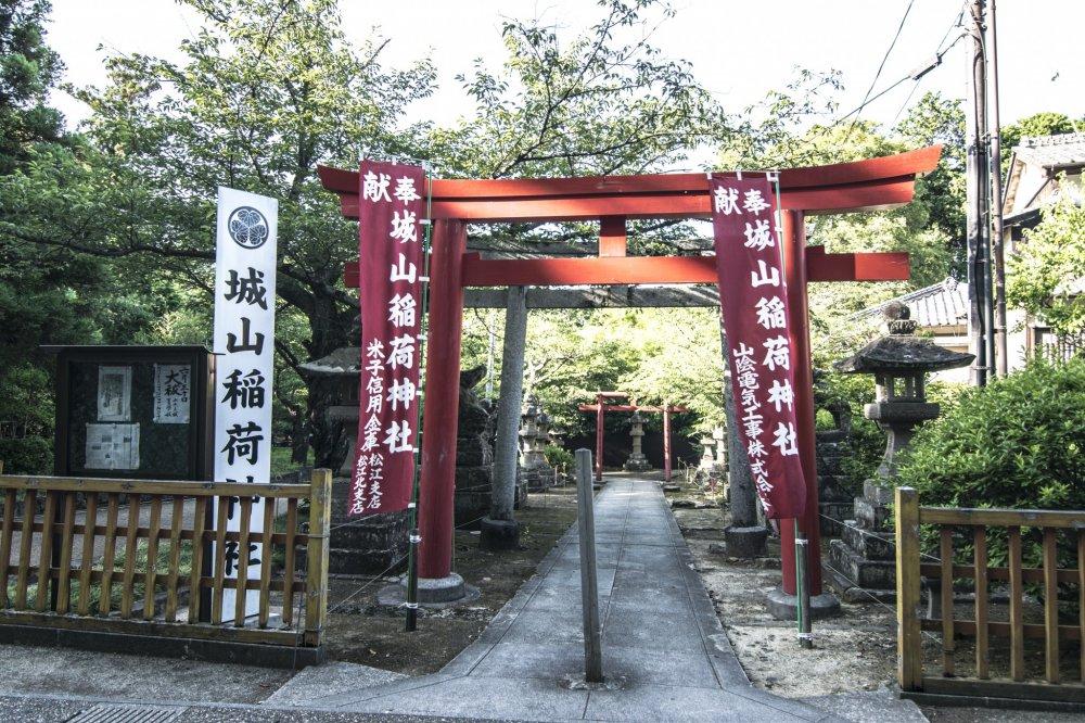 Un Inari-taisha sur le site du château de Matsue. Le chemin était désert et seulement quelques visiteurs se promenaient ici (en raison de la distance) mais je recommande d'y aller et d'emprunter cette route à vélo