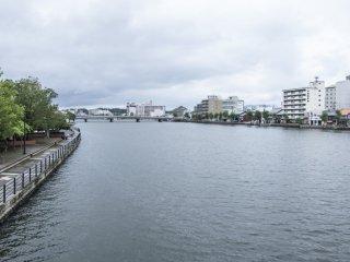 La rivière Ohashi entre les deux berges qui composent Matsue. Rouler à travers l'un des 3 ponts qui traversent ce grand fleuve est une expérience superbe