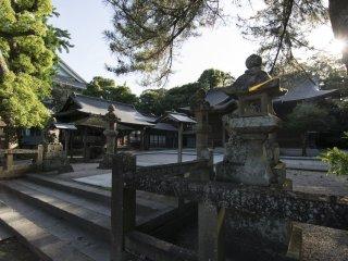 Le sanctuaire Shinto du château de Matsue. Utilisé autrefois pour les cérémonies sacrées du château, le sanctuaire repose désormais paisiblement dans l'enceinte du château, hormis lorsque des visiteurs curieux viennent le prendre en photo