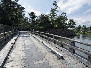 Des ponts de bois (désormais renforcés) mènent au château en enjambant les douves