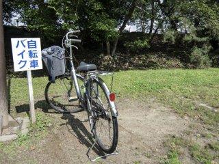 Des parkings à vélo comme celui-ci sont disponibles dans toute la ville, particulièrement dans les endroits touristiques comme le Musée d'Histoire de Matsue ou la résidence de Hearn. Ici nous sommes au château de Matsue, donc vous pourrez vous arrêter là, avant de grimper les marches du magnifique château