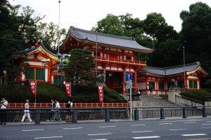 Yasaka Shrine tetap berdiri megah ditengah peradaban dan kemajuan Gion