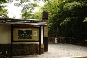 Gerbang Utama Tenrryuji Temple letaknya sejalan dengan hutan bambu