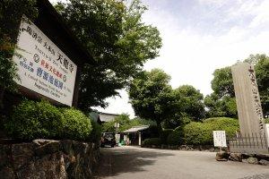 Gerbang Utama Tenryu-ji Garden yang berada di pinggir jalan raya