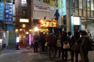 ร้าน Kukuru ฉันเห็นแถวหน้าร้านยาวเยียด มีผู้คนมากมายรอโอกาสที่จะได้ลิ้มลองทะโกะยะกิแบบโอซาก้าต้นฉบับแท้ๆ