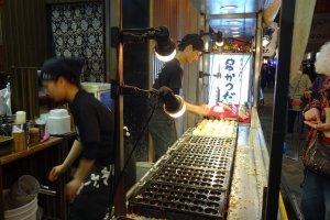 ขนมทะโกะยะกิ (takoyaki) ขนมทรงกลม ที่ทำจากแป้ง น้ำ นม ไข่ และมีไส้ปลาหมึก มีอยู่กันหลายเจ้า
