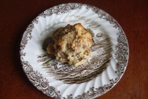 You can buy scones like this to take away. It looks like a cookie, but tastes like cake.