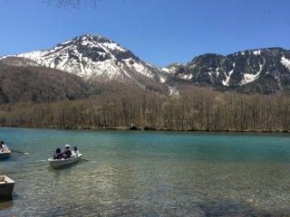 大正池,前方是烧岳