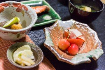 <p>조식으로는 신선한 과일, 절인 야채,연어 등이 제공된다.</p>