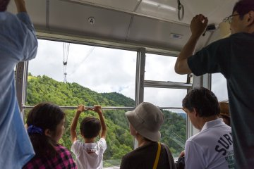<p>승객들은 곤돌라를 타고 산의 정상까지 갈 수 있다.</p>