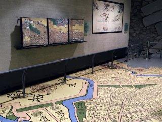 На полу изображена карта территории во времена Эдо
