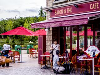 Nếu thời tiết đẹp, bạn có thể thưởng thức một số đồ ăn và đồ uống ngon ngoài trời tại quán cà phê gần Tháp Eiffel
