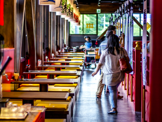 The inside of the restaurant is luminous, the decoration classy, and the colors warm.