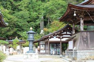 Mendekati pekarangan kuil utama