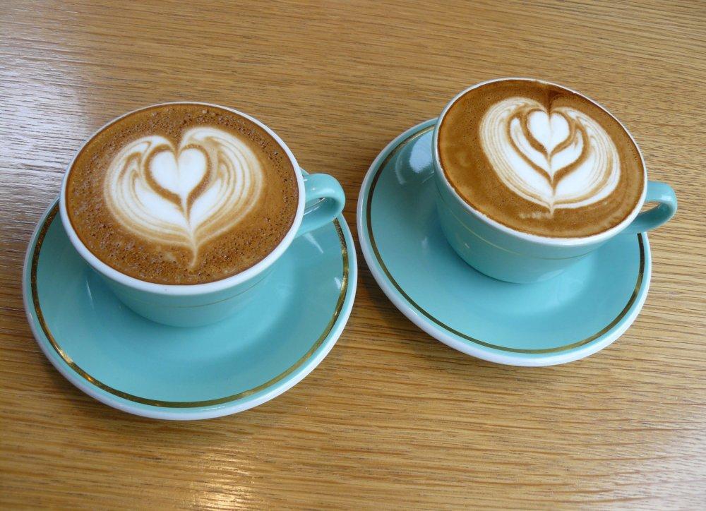 Две замечательные чашки с флэт уайт (flat white) с латте-артом
