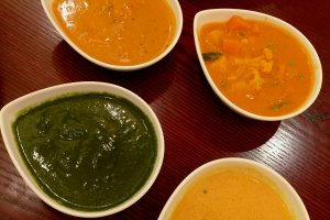 Наан и четыре вида карри: овощное, с креветками, курицей и со шпинатом