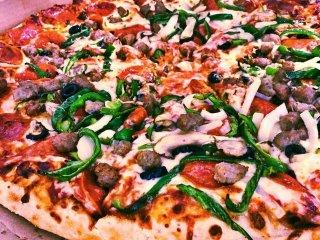 Dừng chân ở một trong nhiều quán ăn trong thành phố phục vụ những món ăn ngon của địa phương đến những món ăn chính trên toàn cầu như là pizza