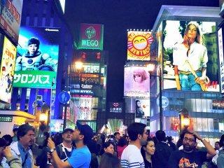 Đây là Osaka lúc 3 giờ sáng . Thành phố này thực sự không ngủ . Hãy chắc chắn rằng bạn quay trở lại sau một đêm dài của bạn và đắm chìm trong những biển quảng cáo . Nó làm cho bạn nhận ra rằng những lo lắng của bạn thật sự nhỏ đến mức nào