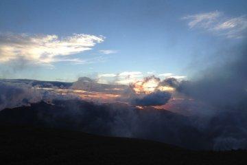 """Солнце выглядывает из-за облаков во время тура """"Рассвет на г. Норикура"""""""