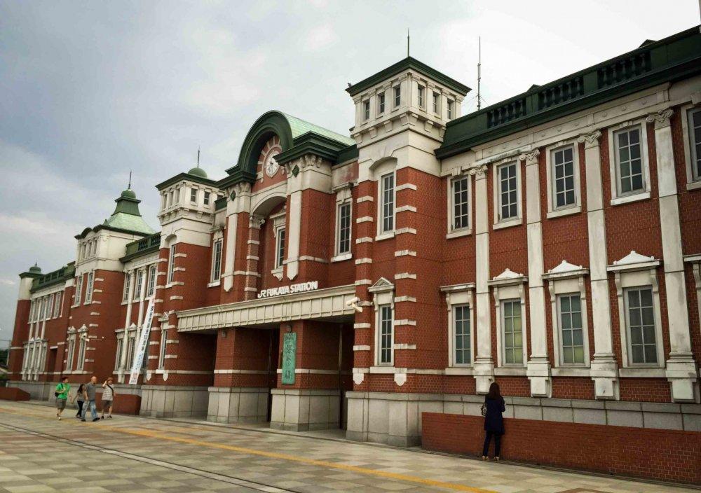 Bagian depan stasiun Fukaya yang tampak serupa dengan stasiun Tokyo