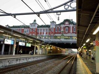 Gedung stasiun Fukaya kelihatan dengan cukup jelas dari platform